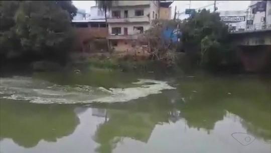 Mancha aparece no rio Itabapoana, em Bom Jesus do Norte, no ES