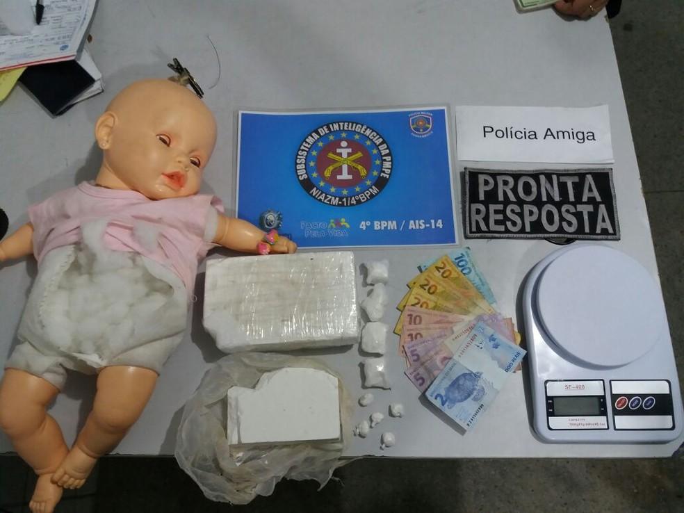 Entorpecente estava escondido dentro do corpo da boneca (Foto: Divulgação/Polícia Militar)