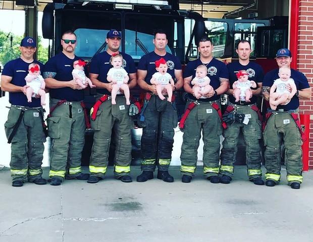 Em menos de dois anos, 7 bombeiros de um mesmo quartel se tornaram pais (Foto: Reprodução/Facebook)