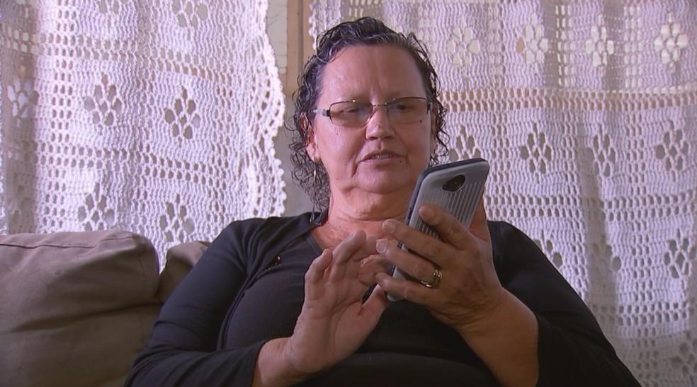 Maria das Graças recebeu mensagem da liberação do exame pelo celular (Foto: Reprodução/TV TEM)