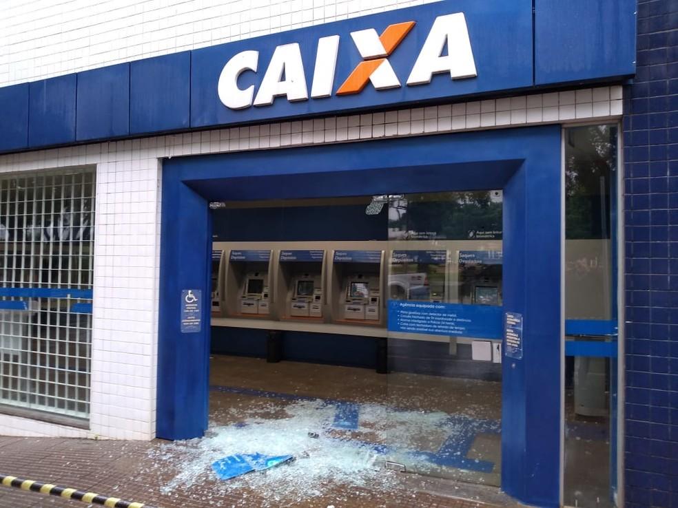 Agência da Caixa foi uma das arrombadas pelos criminosos que fugiram sem levar dinheiro em Frutal — Foto: Samir Alouan/Pontal Online/Divulgação