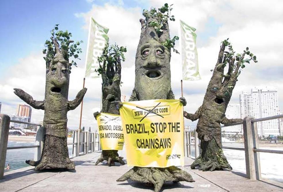 Ativistas do Greenpeace, vestidos de árvores, protestam contra o desmatamento da Amazônia no Brasil — Foto: Arquivo/John Robinson/Greenpeace/AP