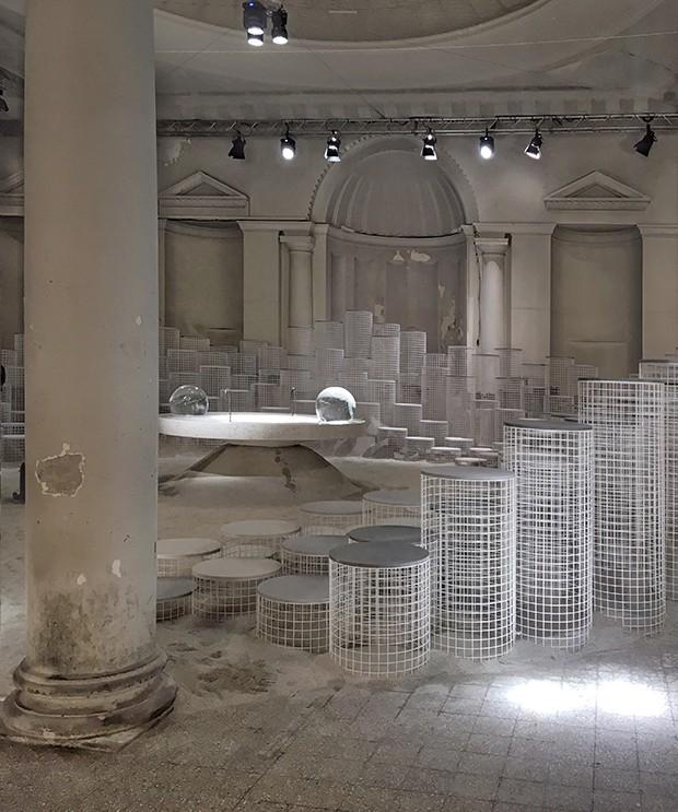 Snarkitecture e Caesarstone criam exposição lúdica durante o Salone del Mobile 2018 (Foto: Michell Lott)