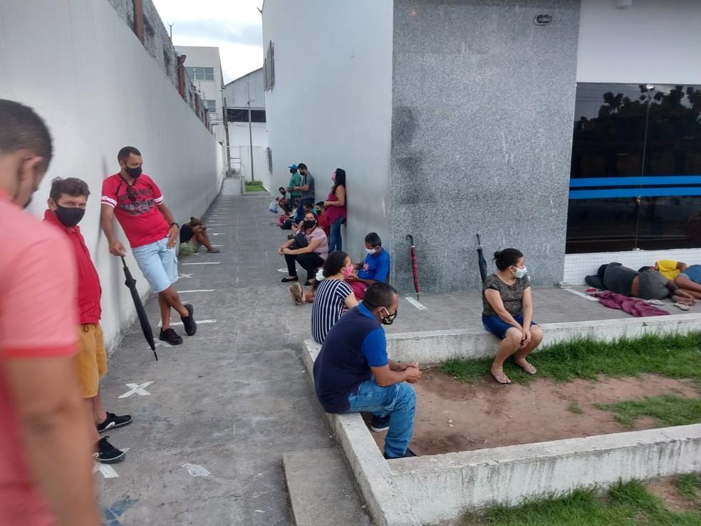 Antes da 6h a fila já rodeava a agência da Caixa na Avenida Francisco Sá, em Fortaleza. — Foto: Halisson Ferreira/ SVM