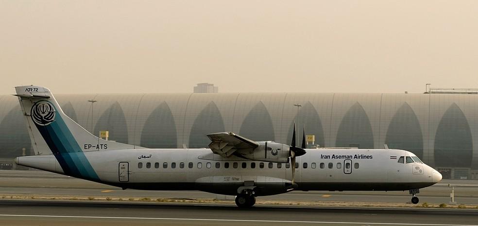 ATR-72, aeronave da Aseman Airlines, durante pouso em Dubai em julho de 2008 (Foto: MARWAN NAAMANI / AFP)