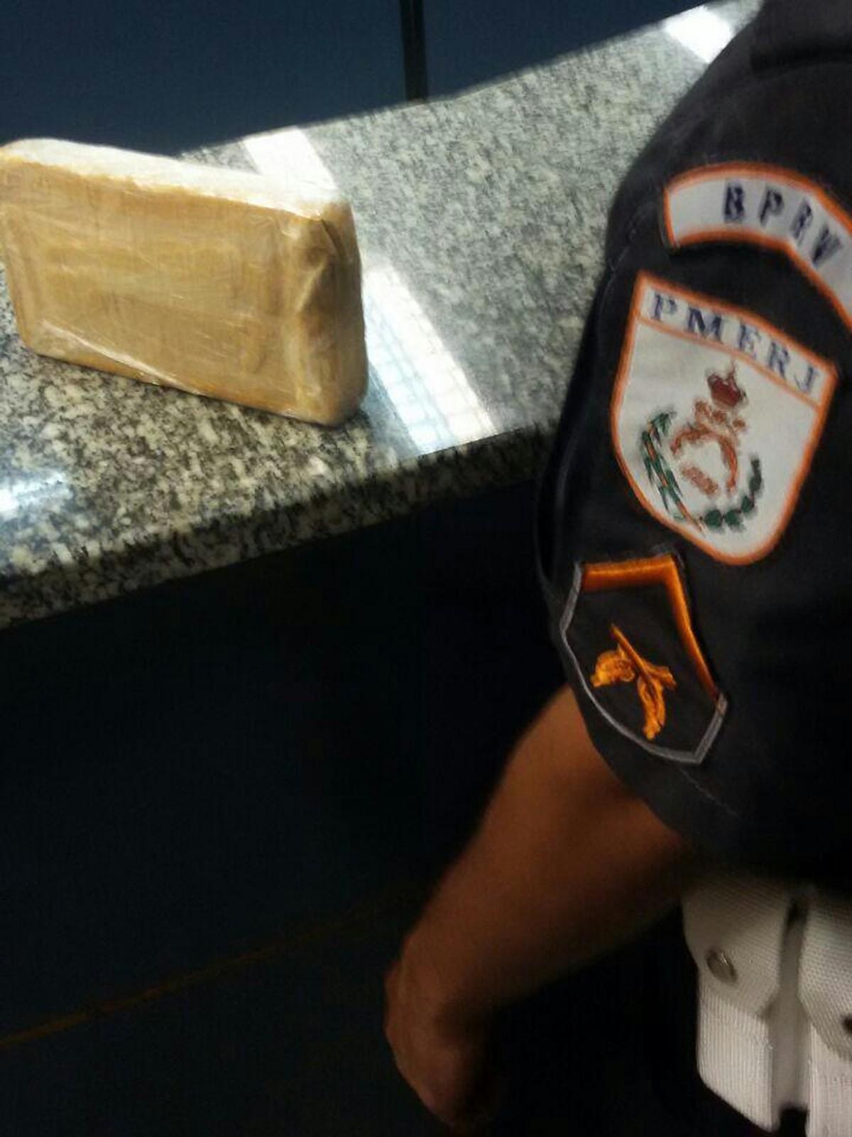 Casal é detido com cocaína na RJ-124, em Rio Bonito