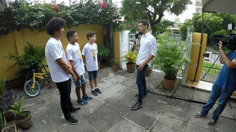 Repórter Júlio Molica conversa com jovens do Instituto Papai, em Recife — Foto: TV Globo