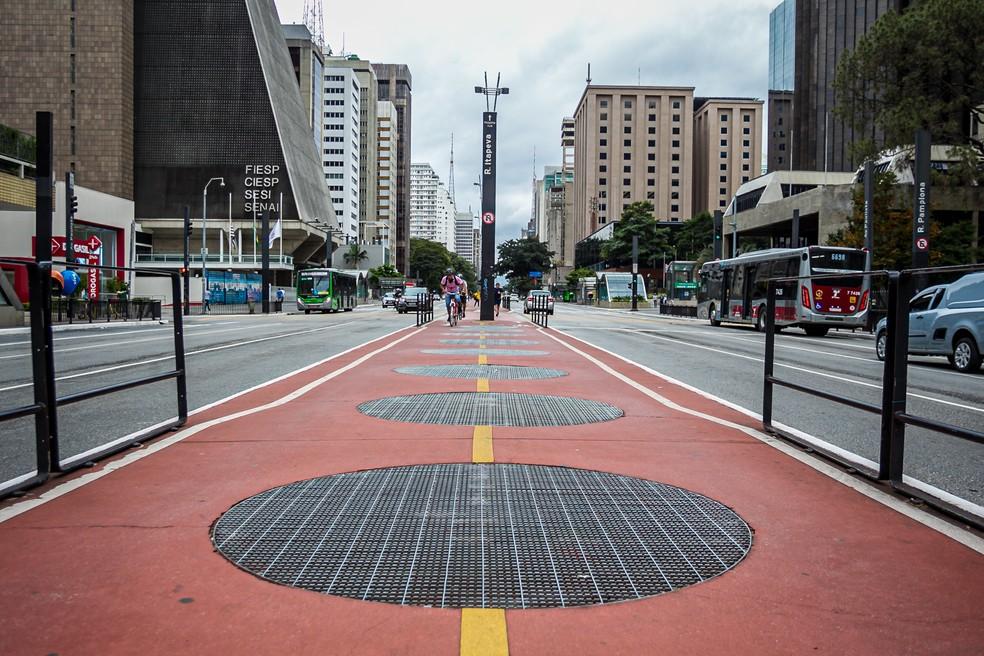Algumas pessoas praticam atividade física na ciclovia da Avenida Paulista — Foto: Antônio Molina / AE