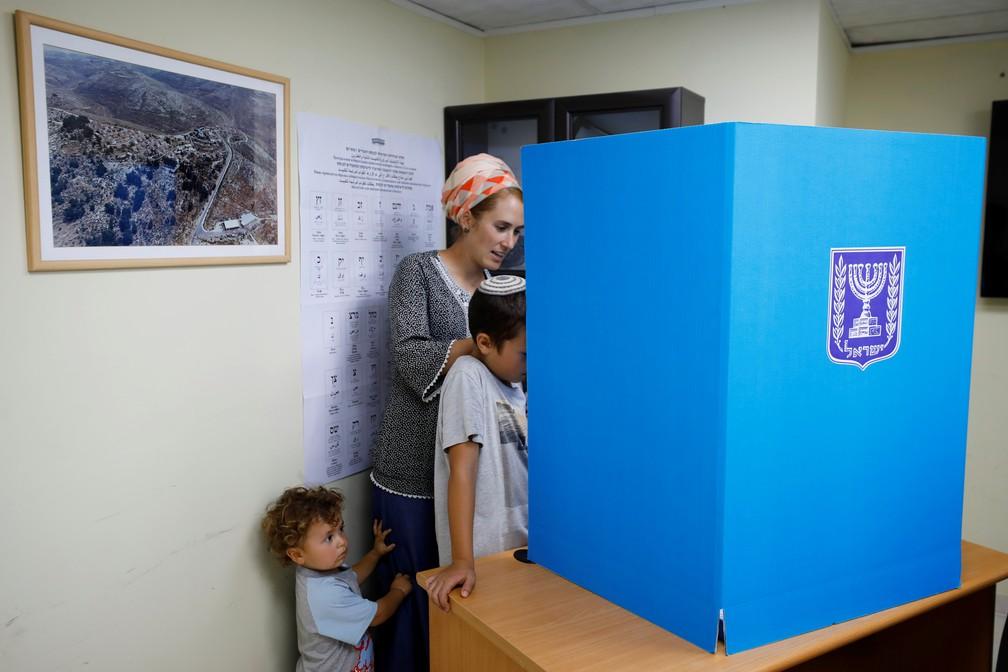 Na Cisjordânia, uma israelense vota nas eleições gerais de Israel — Foto: Amir Cohen/Reuters