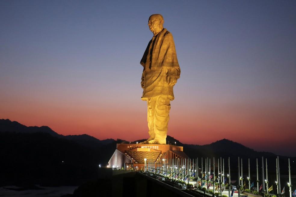 """Vista geral da """"Estátua da Unidade"""", retratando Sardar Vallabhbhai Patel, um dos pais fundadores da Índia, durante sua inauguração em Kevadia, no estado de Gujarat, na Índia, nesta quarta-feira (31) — Foto: REUTERS / Amit Dave"""