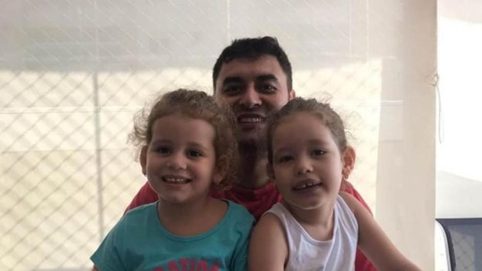João Francisco Rodrigues de Abreu Faria com as filhas no dia em que voltou para casa após se curar da covid-19 — Foto: Arquivo pessoal/ João Faria