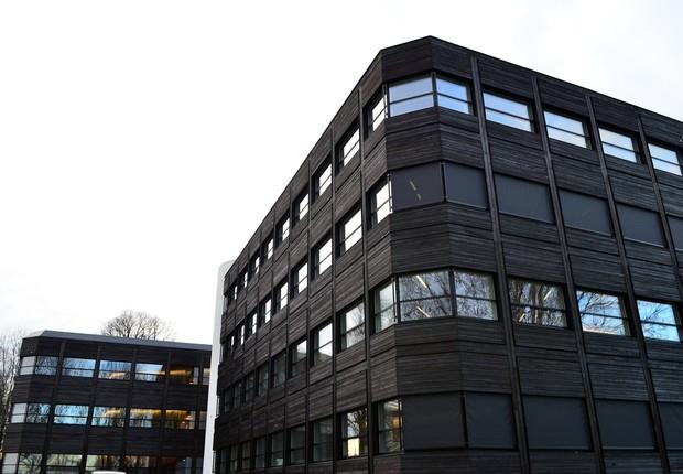 Em vez de metal – que consome muita energia para ser produzido – foram usadas placas de madeira tratadas com uma técnica japonesa na fachada do Kjørbo (Foto: Divulgação)