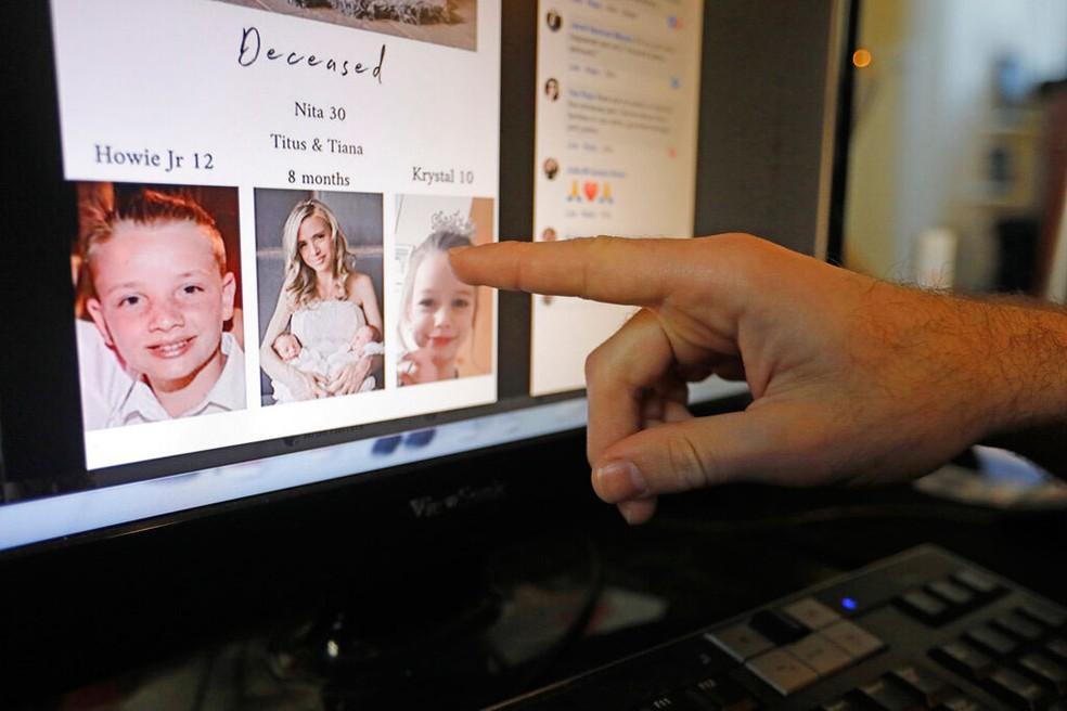 Imagem de uma tela de computador com fotos das vítimas do assassinato no norte do México — Foto: Rick Bowmer/AP