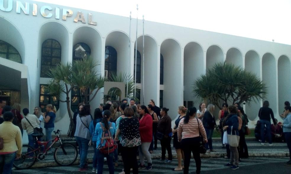 Servidores se reuniram em frente à Prefeitura Municipal — Foto: Arquivo Pessoal / Karine Francisco
