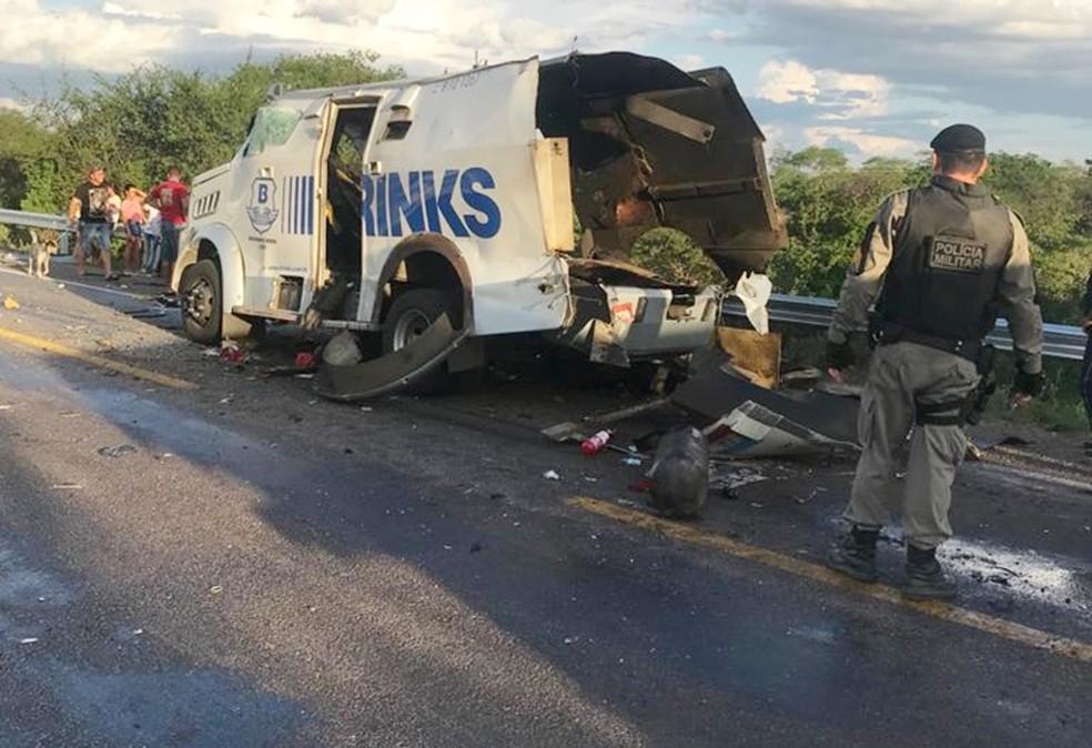 Carro-forte foi explodido por bandidos em Inhapi, no interior de Alagoas, em maio de 2019 — Foto: Ítalo Timóteo/ Radar 89