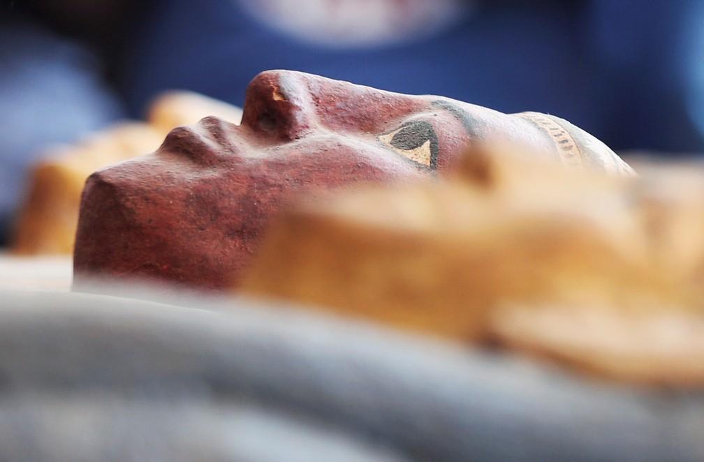 Sarcófago com cerca de 2,5 mil é exibido no sítio arqueológico de Saqqara, no Egito — Foto: Mohamed Abd El Ghany/Reuters