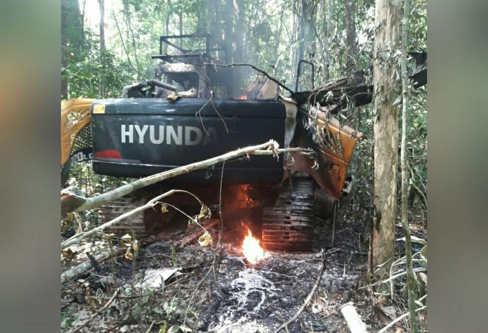 """Máquinas instaladas no garimpo ilegal foram queimadas pelos agentes que participaram da operação """"Pajé Brabo"""" — Foto: Polícia Federal de Santarém/Divulgação"""