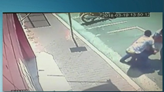 Idoso é rendido com 'mata-leão' na saída de banco em Ferraz e ladrões levam R$ 3 mil; assista