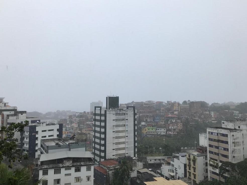 Salvador amanhece com chuva nesta segunda-feira; veja previsão — Foto: Itana Alencar/G1