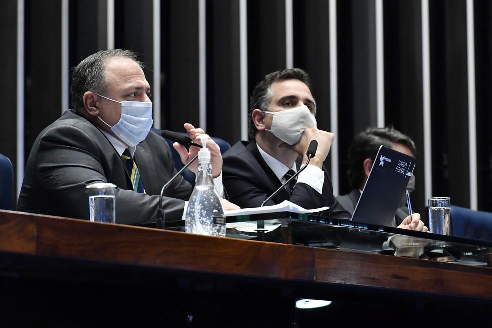 Ministro da Saúde, Eduardo Pazuello (à esquerda), ao lado do presidente do Senado, Rodrigo Pacheco (DEM-MG), em 11 de fevereiro — Foto: Waldemir Barreto/Agência Senado