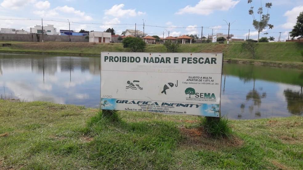 Praça possui placas informando sobre a proibição de entrar na água. — Foto: Rinaldo Moreira/G1