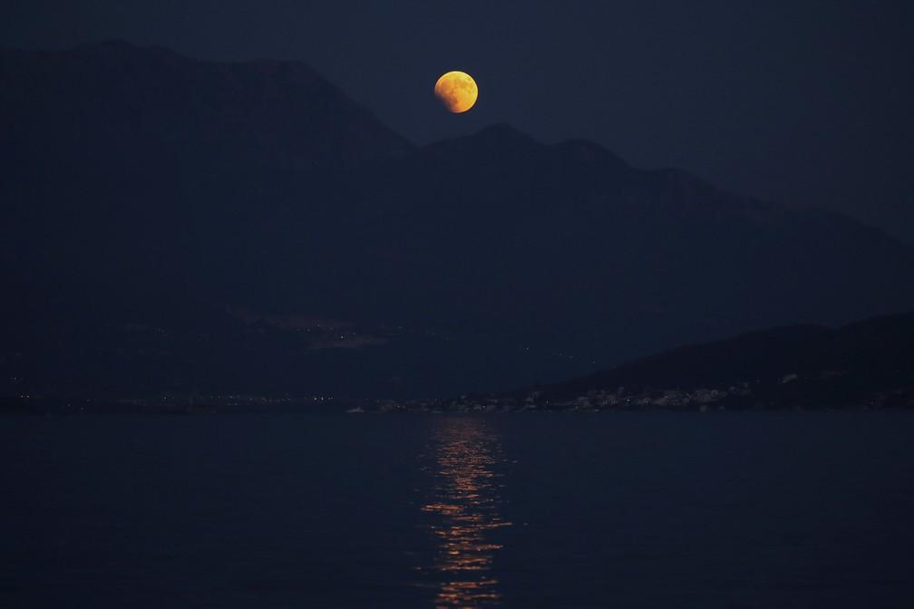 Eclipse visto sobre a montanha Lovcen, em Herceg Novi, Montenegro (Foto: Marko Djurica/Reuters)