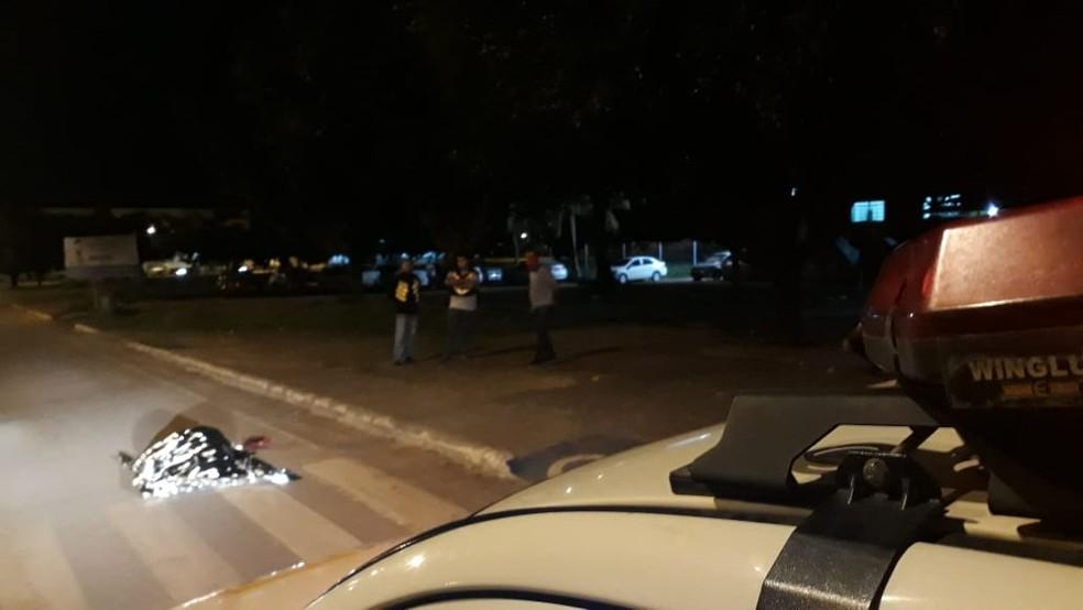 Testemunhas viram suspeito correndo atrás e atirando contra a vítima na Avenida Jamari — Foto: Reprodução/WhatsApp