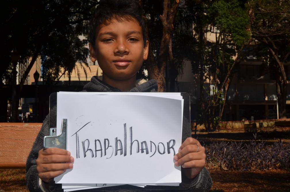 Glauco Cardoso de 11 anos diz se orgulhar do trabalhado do pai Valter Marques em Ribeirão Preto-SP (Foto: Emily Cardoso/G1)