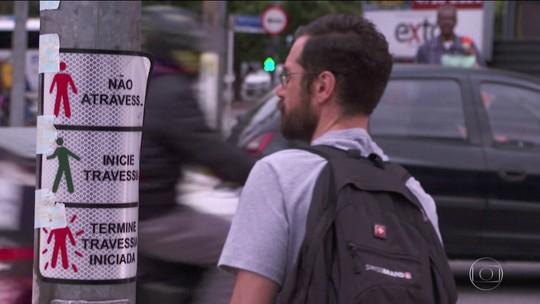 Levantamento feito em 14 cidades do país mostra que tempo de travessia de pedestre é curto