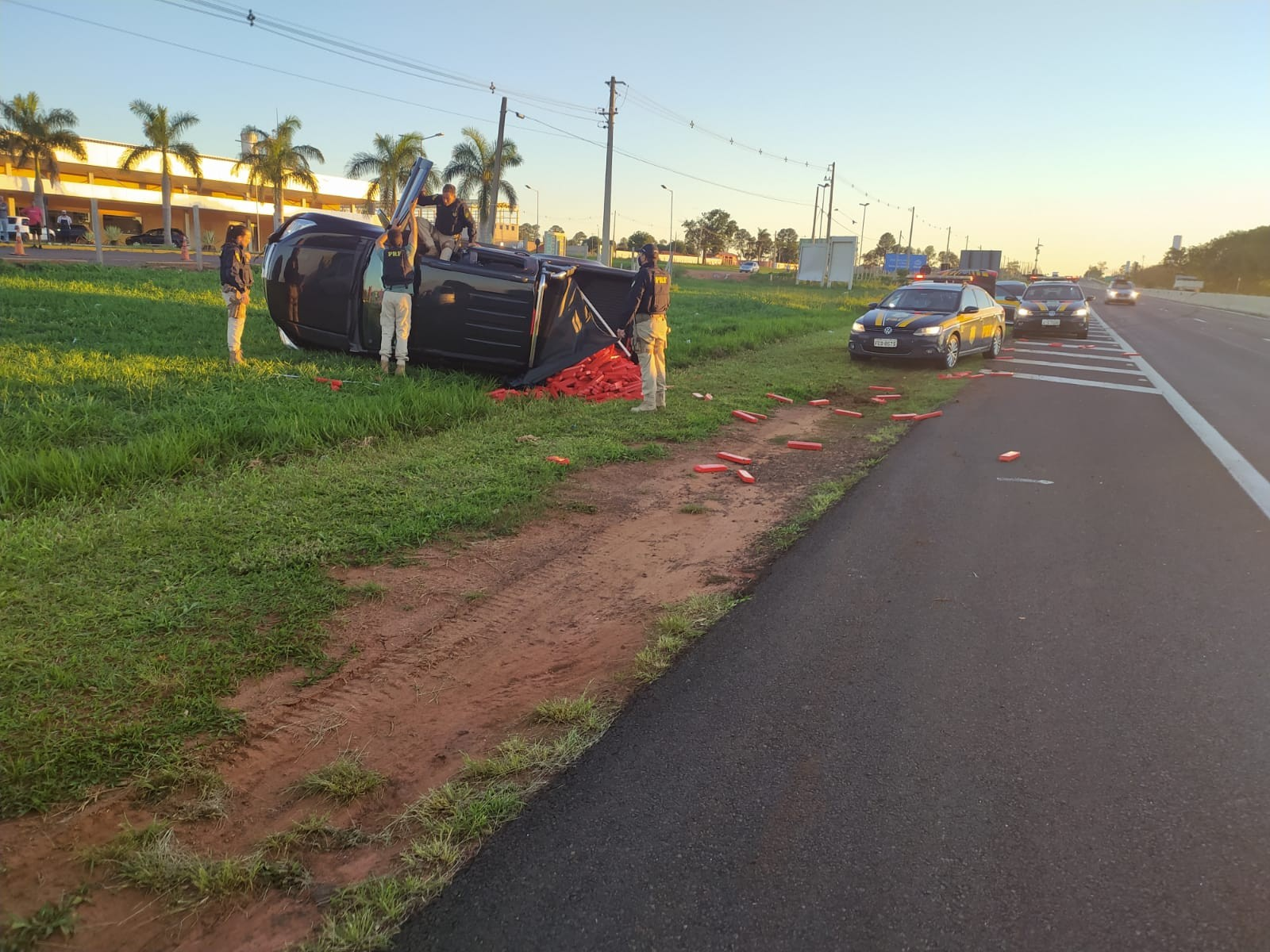 Motorista tenta fugir, bate caminhonete e é preso com maconha em Marília
