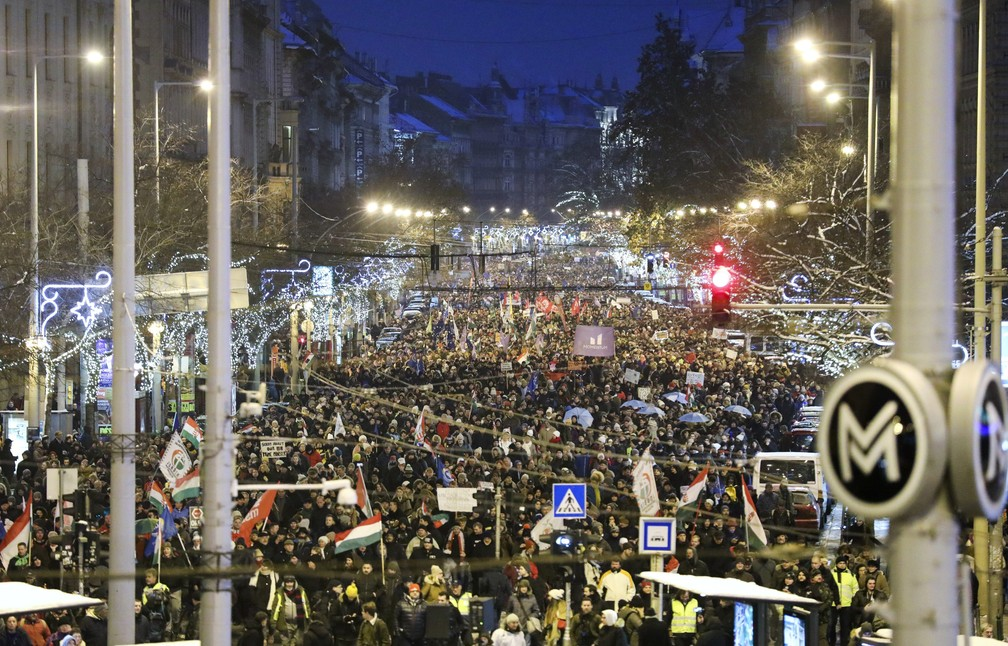 Manifestantes marcham contra o governo sob as decorações de Natal no centro de Budapeste, Hungria, no domingo (16). — Foto: Balazs Mohai/MTI via AP
