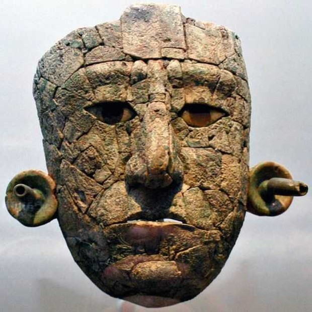 Máscara encontrada na urna funerária estava quebrada em 119 pedaços; sua reconstrução levou nove meses (Foto: GETTY IMAGES via BBC)