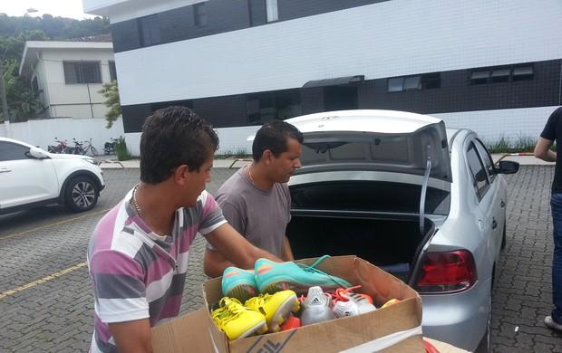 Samuel Maninho, gerente de futebol do São Vicente, chuteiras (Foto: Marcelo Hazan)