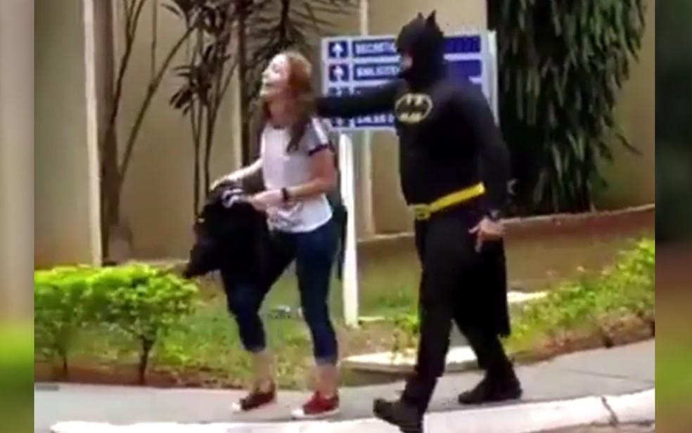 Policial militar surpreende filha ao buscá-la na escola vestido de Batman, em Goiânia — Foto: Reprodução/Facebook