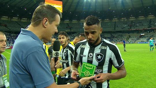 """Efeito da greve: Alex Santana se limita a dizer apenas """"obrigado"""" ao receber troféu Craque do Jogo"""