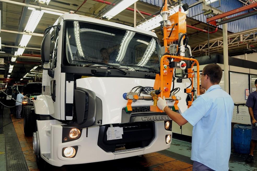 Produção de caminhões em fábrica da Ford — Foto: Divulgação/Ford