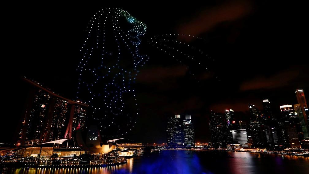 Simbolo de Singapura, o Merlion, é formado por drones na Baía Marina durante as celebrações de Ano Novo nesta terça (31). — Foto: Edgar Su/Reuters
