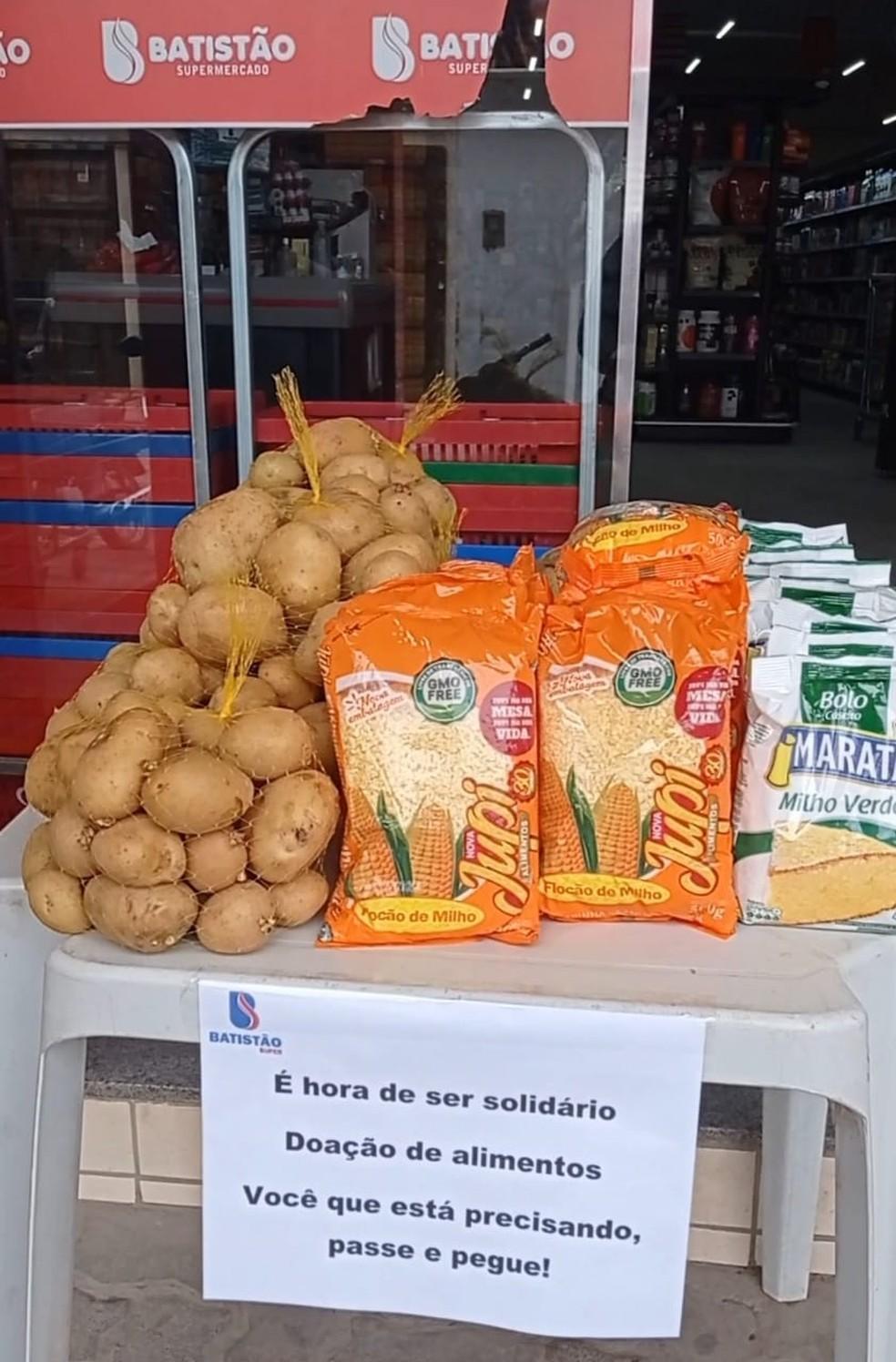 Padaria e mercado oferecem alimentos de graça no Piauí: 'pegue se você precisa' — Foto: Supermercado Batistão