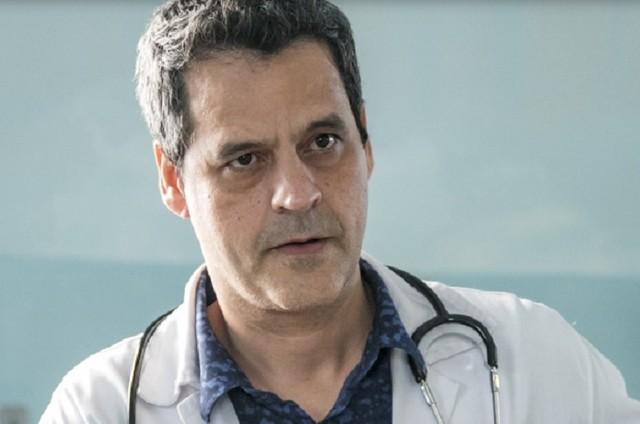 Bruno Garcia interpreta Décio em 'Sob pressão' (Foto: TV Globo)
