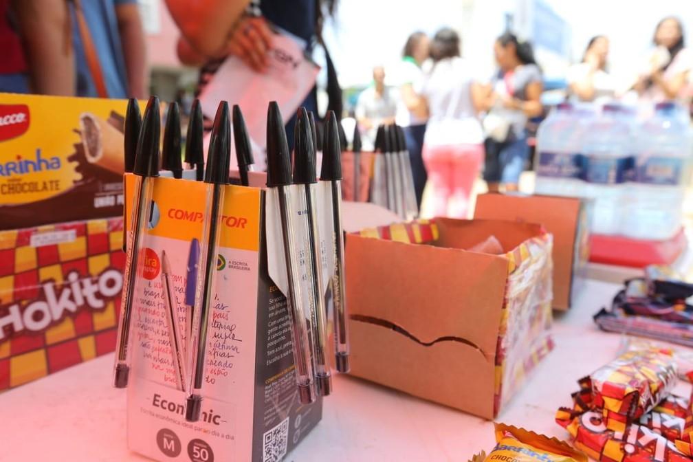 Canetas são os principais produto no mercado informal nos locais de prova — Foto: José Leomar/SVM