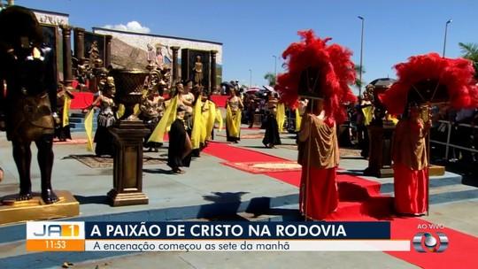 Atores encenam vida e morte de Jesus em espetáculo na Rodovia dos Romeiros, em Goiás