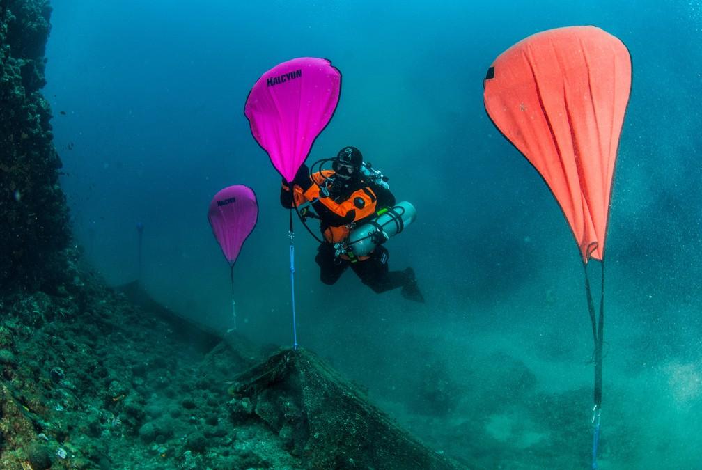 28 de maio - Um mergulhador infla sacos de elevação ligado a uma rede de pesca fantasma no fundo do mar na vila de Stratoni, perto de Halkidiki, na Grécia. Foto de sábado (18), divulgada nesta terça (28) — Foto: Areti Kominou/Ghost Fishing Greece/Divulgação via Reuters