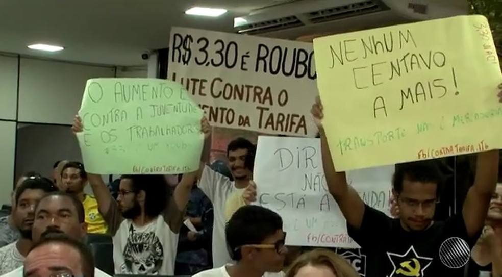 Protesto durante sessão na Câmara de Vereadores de Itabuna (Foto: Reprodução/TV SantaCruz)