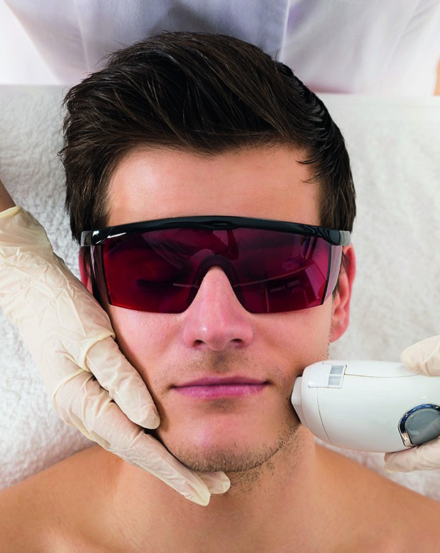 Close-up Of Beautician Giving Laser Epilation Treatment To Young Man Face (Foto: Getty Images/iStockphoto)
