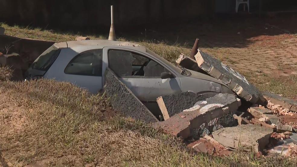 Muro despencou em cima de carro após rompimento de adutora, no DF — Foto: TV Globo/Reprodução