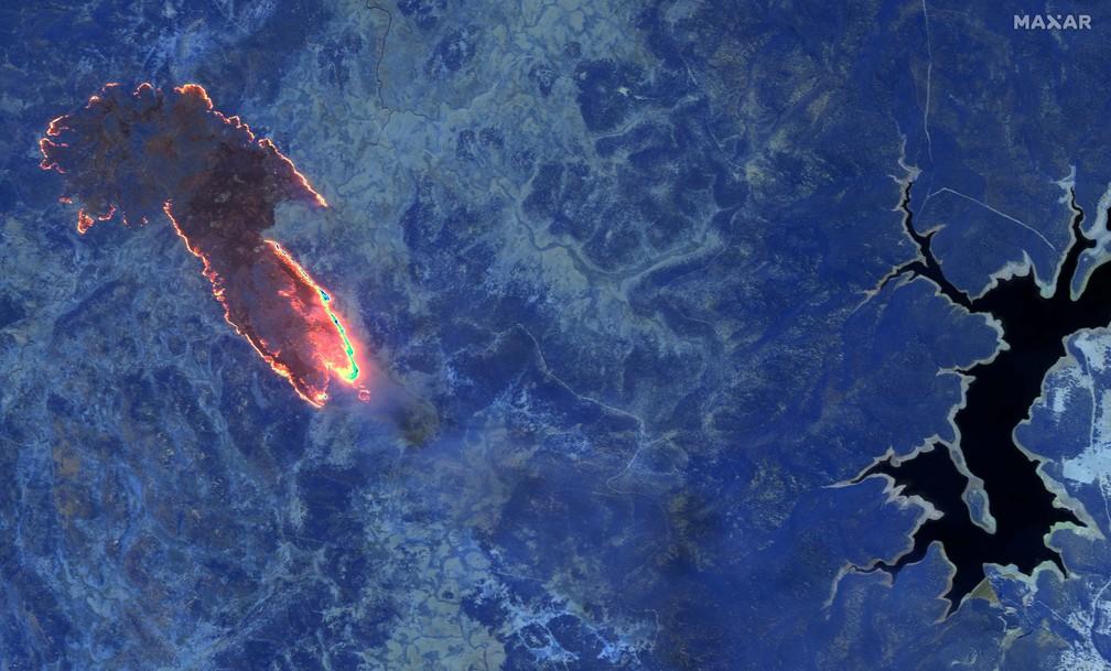 4 de janeiro - Imagem infravermelha de satélite mostra incêndios em uma floresta perto do Lago Eucumbene, no parque nacional de Kosciuszko, na Austrália — Foto: 2020 Maxar Technologies/Distribuição via Reuters