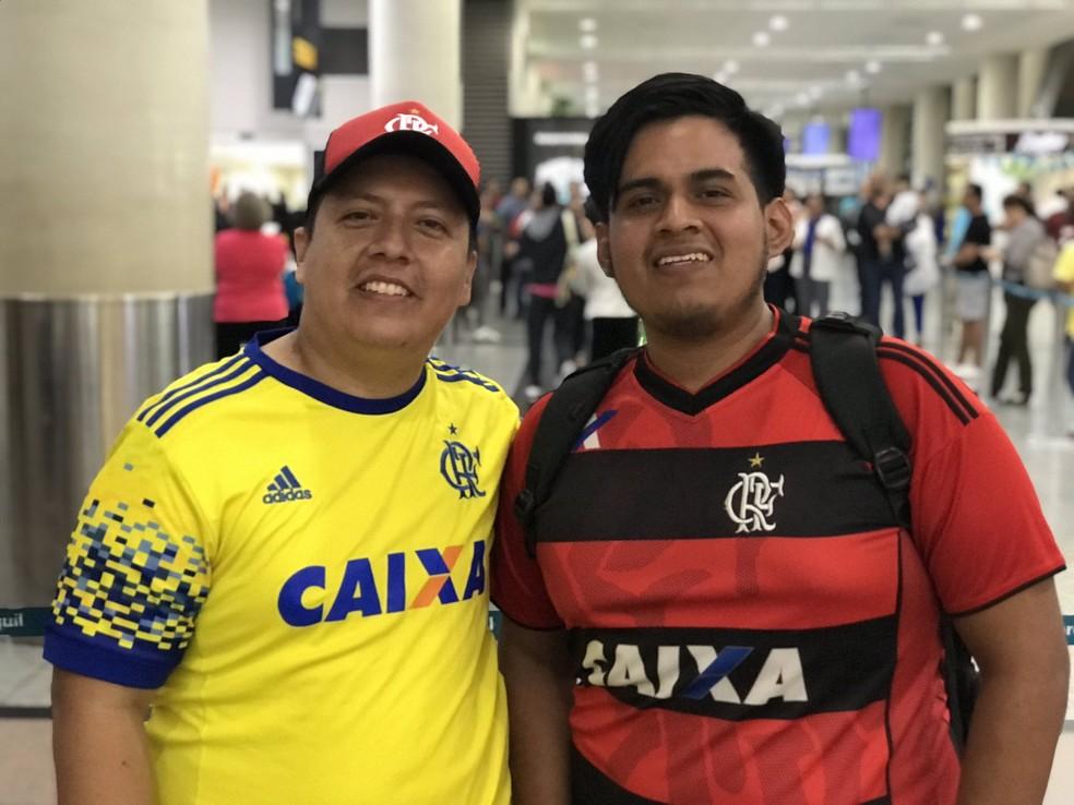 Equatorianos foram recepcionar rubro-negros — Foto: Cahê Mota/GloboEsporte.com