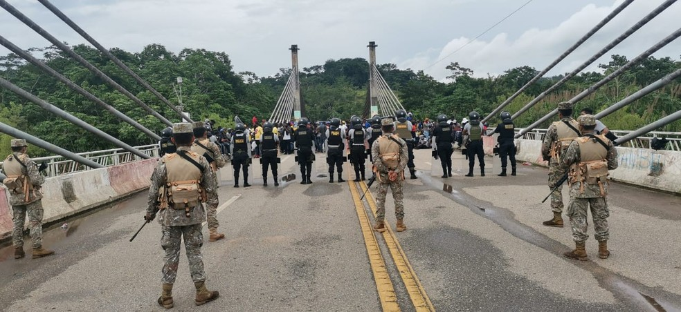 Polícia peruana impede passagem de imigrantes na fronteira do Acre — Foto: Arquivo pessoal