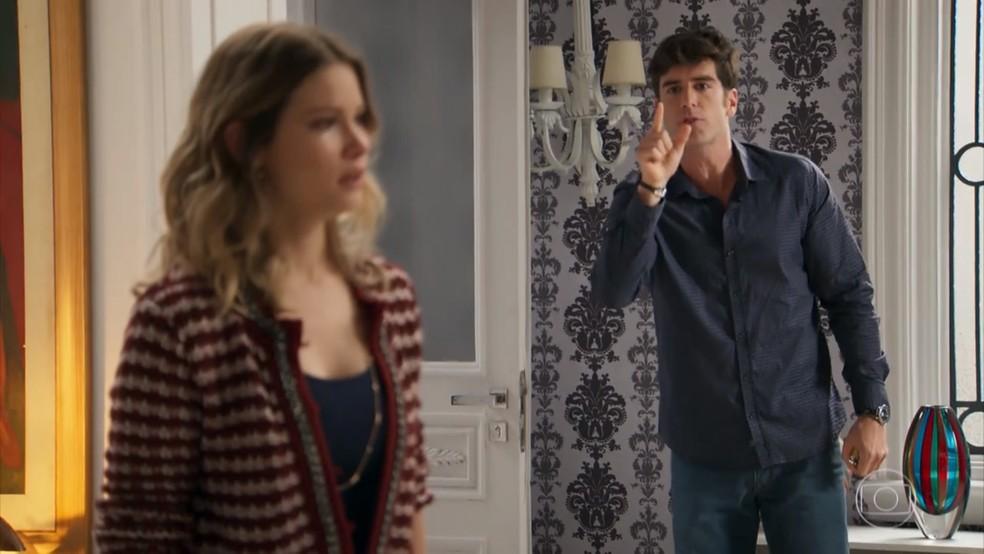 Felipe (Marcos Pitombo) expulsa Jéssica (Karen Junqueira) de casa - 'Haja Coração' — Foto: Globo