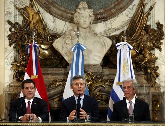 Os presidentes do Paraguai, da Argentina e do Uruguai, que pretendem realizar, juntos, a Copa do Mundo de 2030, no primeiro centenário do torneio organizado pela Fifa (Foto: MARCOS BRINDICCI/REUTERS)